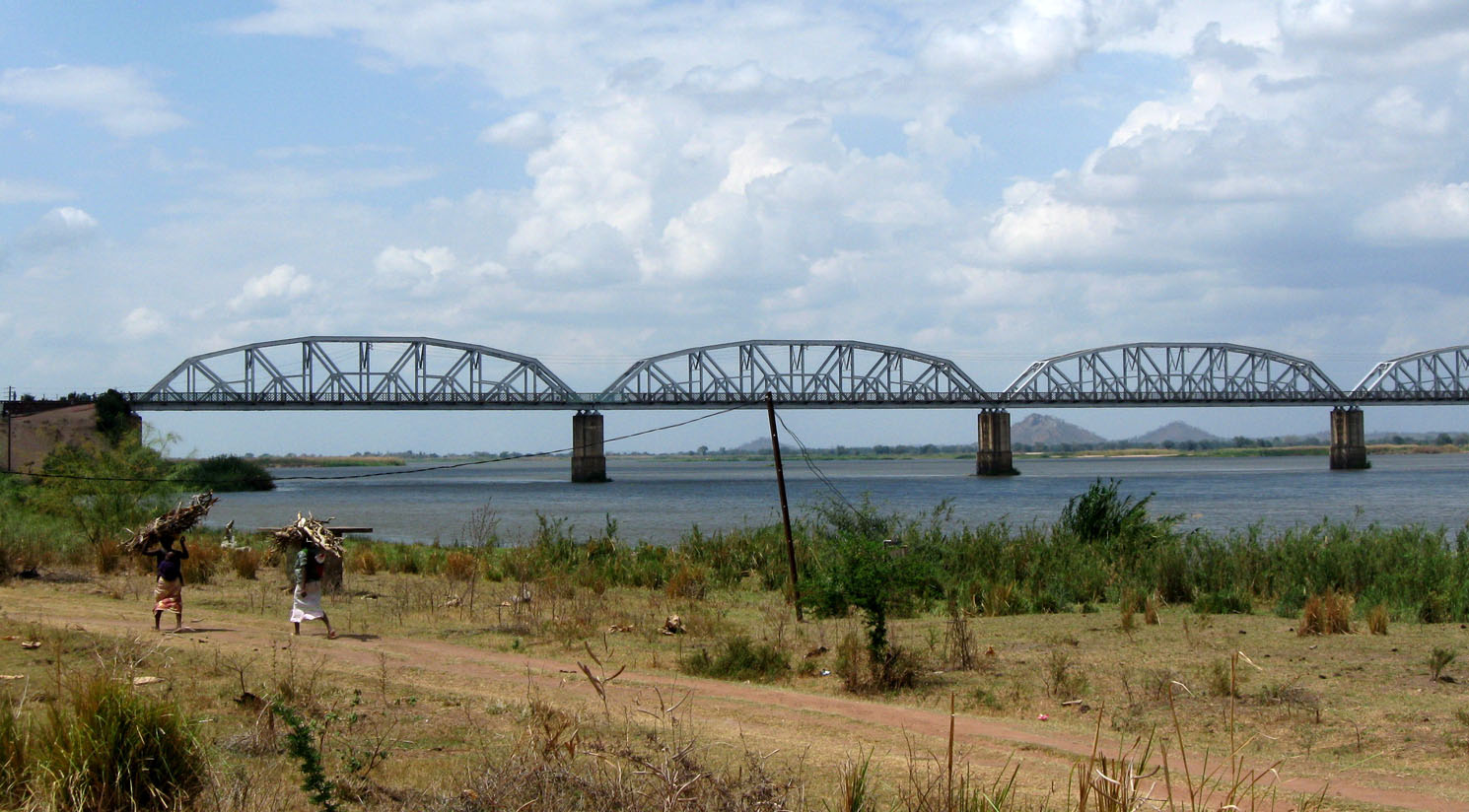 09-064_4-railway_bridge_over_the_zambezi_river__mozambique_1490x824-2.jpg
